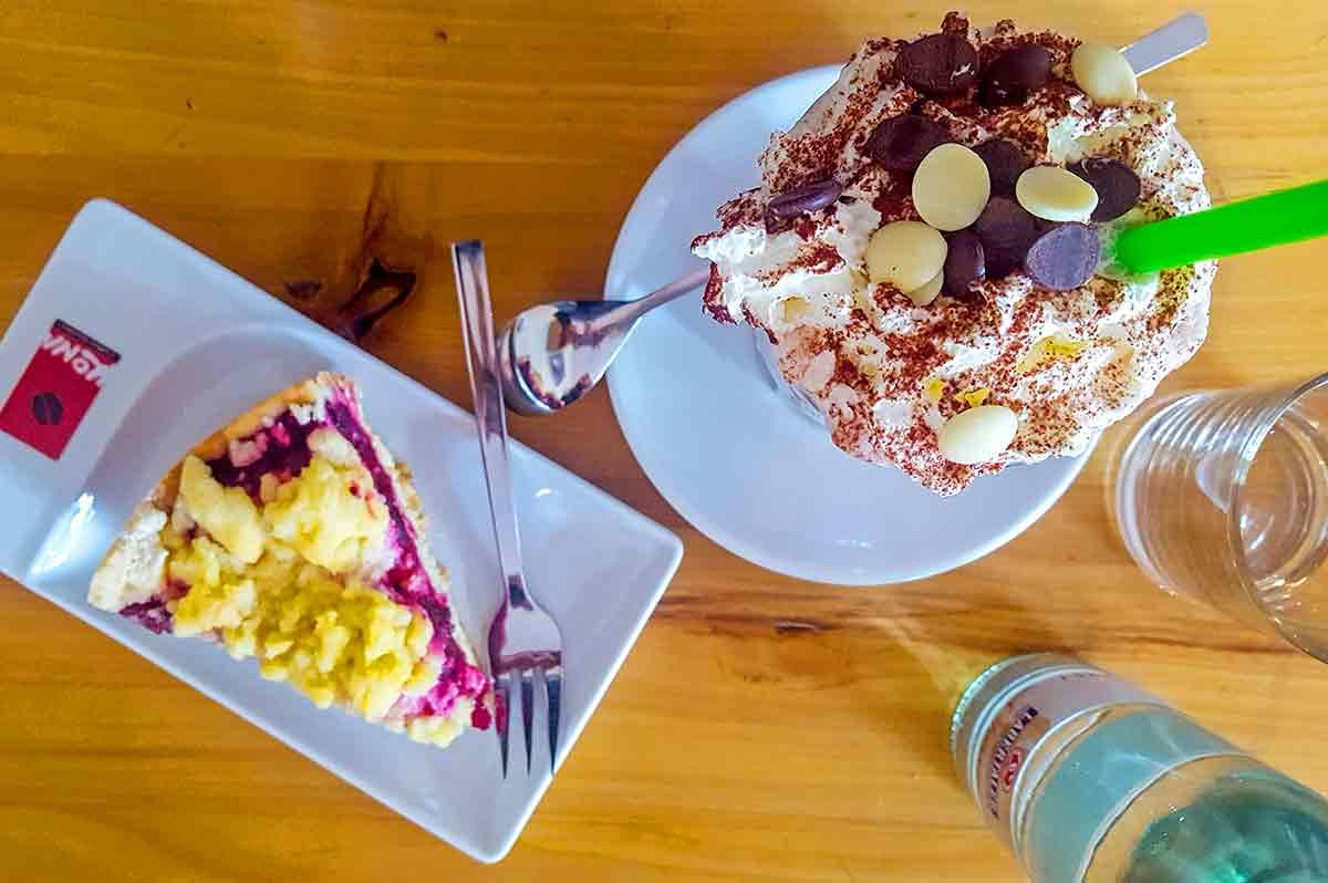 Zwetschgenkuchen und Eisbecher
