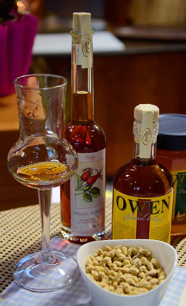 Im Berghof Rabel gibt es Whisky aus Weizen und Dinkel, Whiskylikör und Whisky-Marmelade