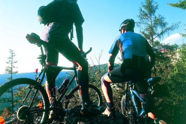 Mountainbiker auf Felsen
