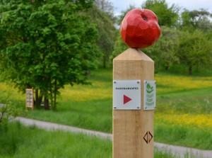 Wegweiser mit rotem Apfel