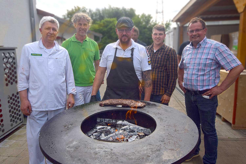 Fünf Männer bei Fairfleisch am Grill